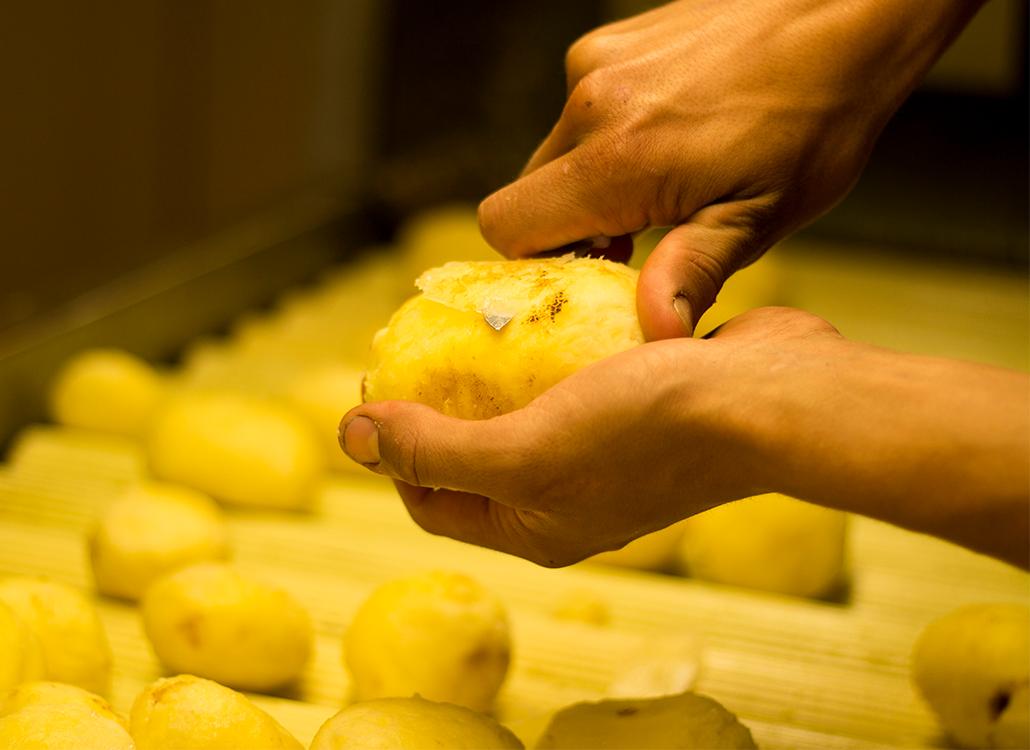 Aardappel schillen met de hand